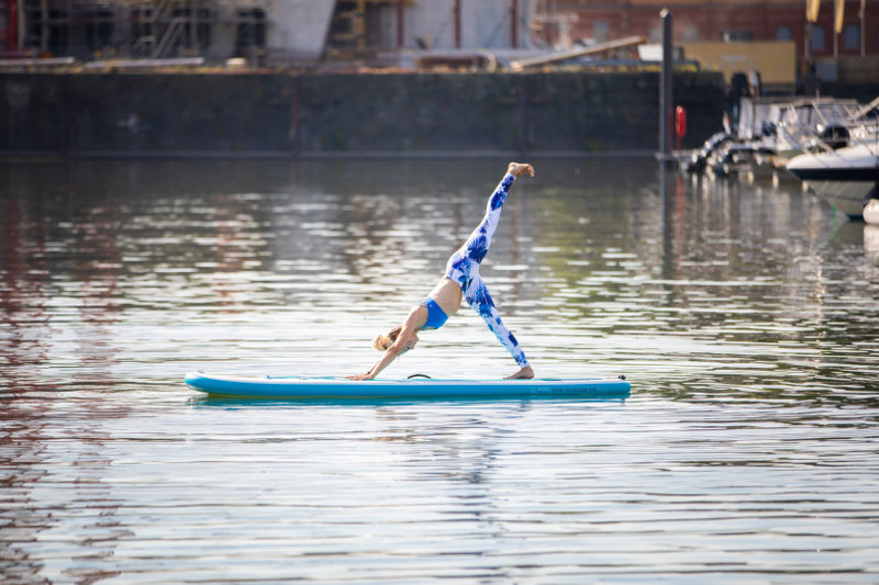 SUP-Yoga_standing-on-hands-leg-up_800x533-Bauerfeind-Sports.jpg