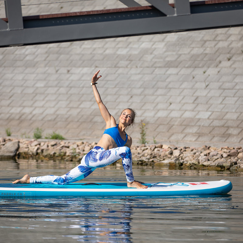 SUP-Yoga_right-arm-up-left-arm-down-close-to-shore_800x800_Bauerfeind-Sports.jpg