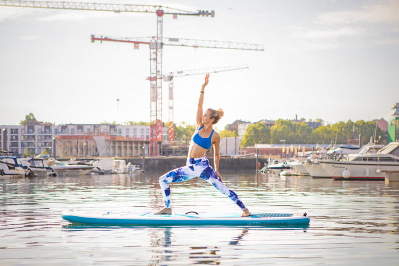 SUP-Yoga_right-arm-up-upright-position_800x533-Bauerfeind-Sports.jpg